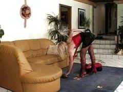Putzfrau fickt zwei Kolben bei Doppelfick